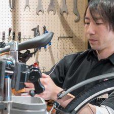 写真:自転車を整備しているスタッフ